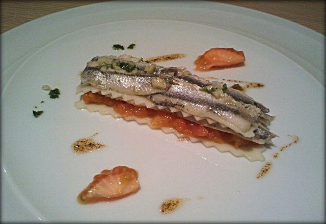 Lasaña de anchoas con tomate confitado