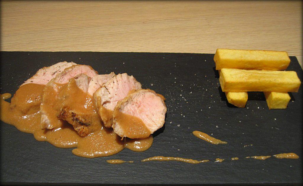 Solomillo de cerdo con salsa de cerveza negra y almendras