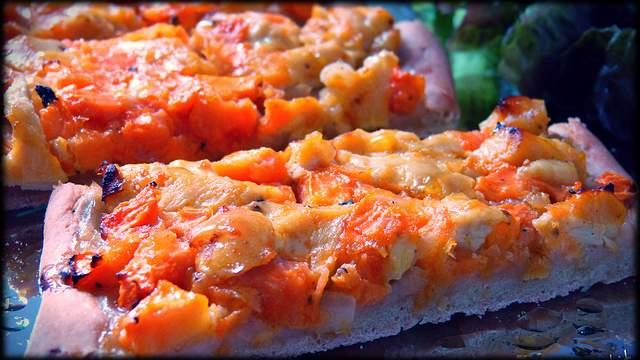 Coca de remolacha con papaya y pollo