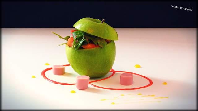Ensalada de canonigos, rucula y jamón cocido con vinagreta de fresas