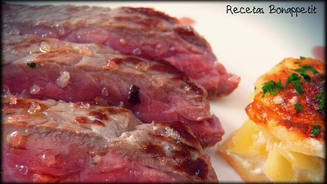 Laminas de buey en salsa de Oporto con patatas gratinadas con Idiazabal.