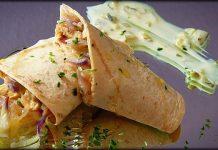 Tortitas de maiz con pollo al curry con rabanitos con salsa de yogur