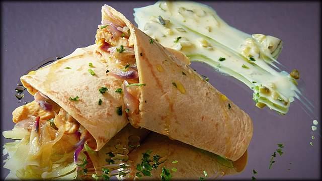 Tortitas de maiz con pollo al curry con rabanitos