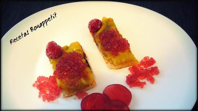 Tosta de mango con falso caviar de uva tinta