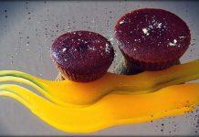 pastel de cacao y remolacha sobre crema de naranja