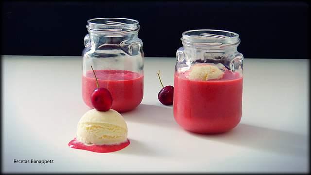 Sopa de cerezas con helado de yogur