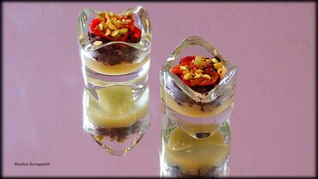 Copa de morcilla con pure de pera y pimiento asado