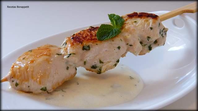 Brocheta de pollo al ajillo con salsa de yogur Recetas Bonappetit.
