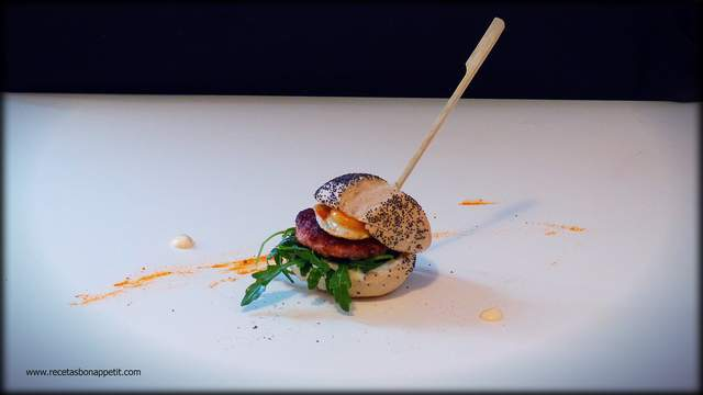 mini hamburguesas de pollo con salsa de curcúrma y miel recetasbonappetit