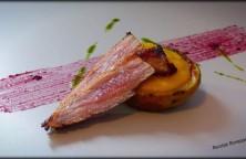 Patatas rellenas con pure de melocotón y secreto ibérico