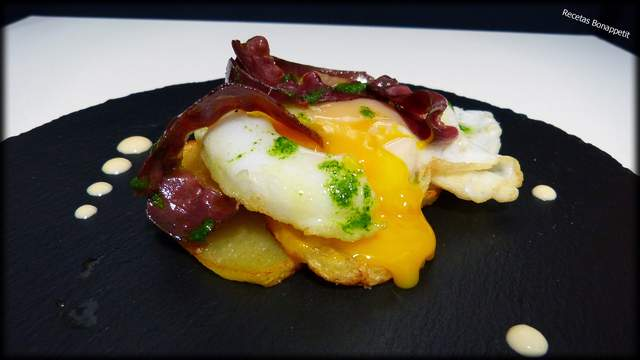 Huevos estrellados con jamón de pato