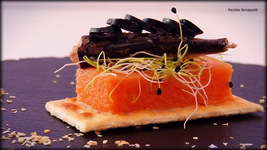Mini cocas de sardinas con gelatina de tomate