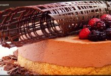 Tarta de mousse de albaricoque, gelatina de frutas del bosque y brownie de chocolate blanco