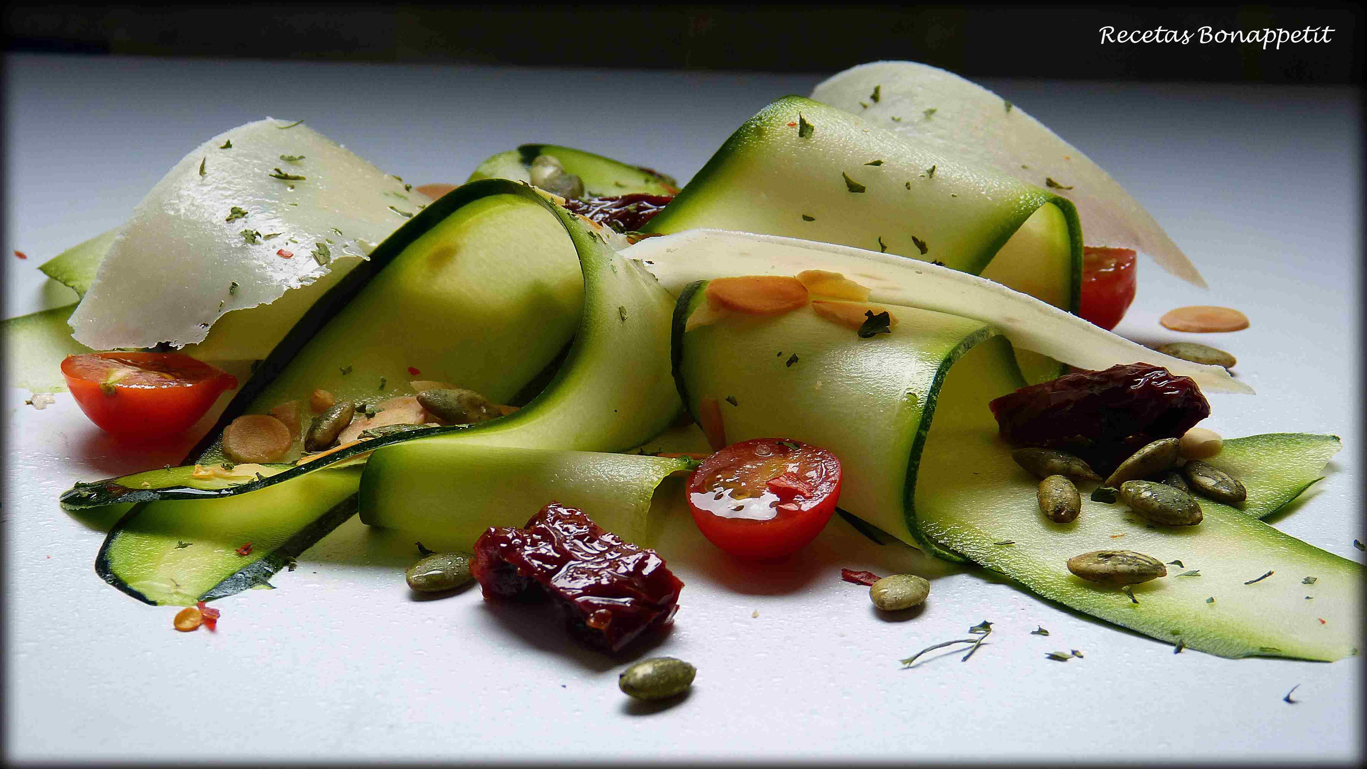 Ensalada de calabacín, queso Parmesano y frutros secos.