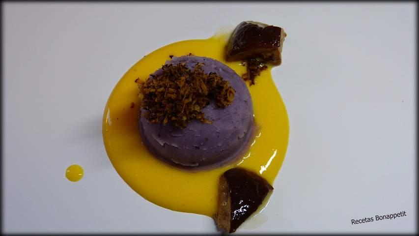 Crema de huevo escalfado con pure de patata violeta y boletus salteados