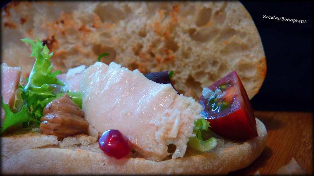 Molletes de pan con bonito y mahonesa de ajo negro