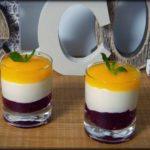 Vasitos de yogur y queso con mermelada de arándanos y salsa de mango