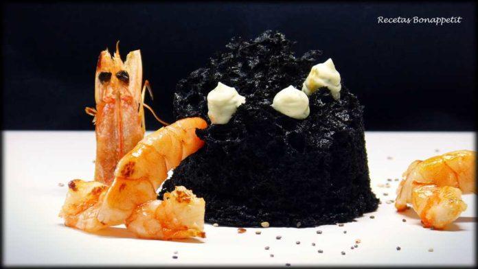 Bizcocho de tinta de calamar, langostinos y alioli