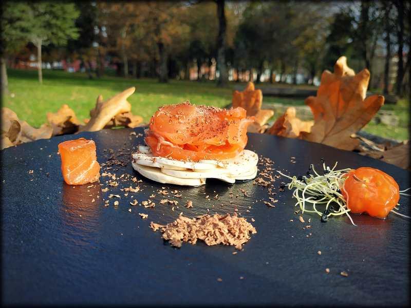 Salmón marinado con carpaccio de champiñones