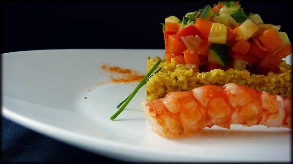 Bulgur con verduras salteadas y langostinos