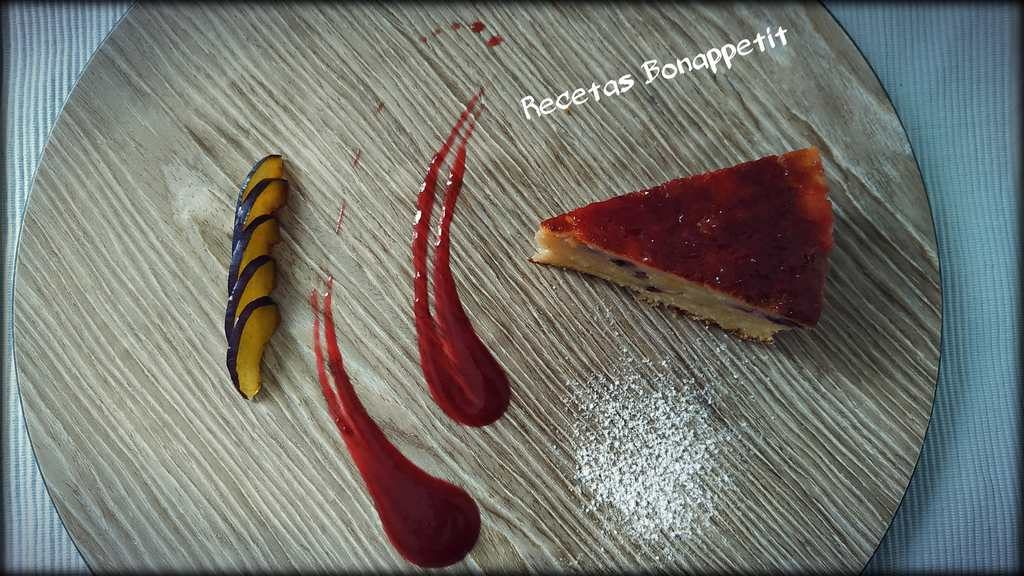 Pastel de ciruelas rojas