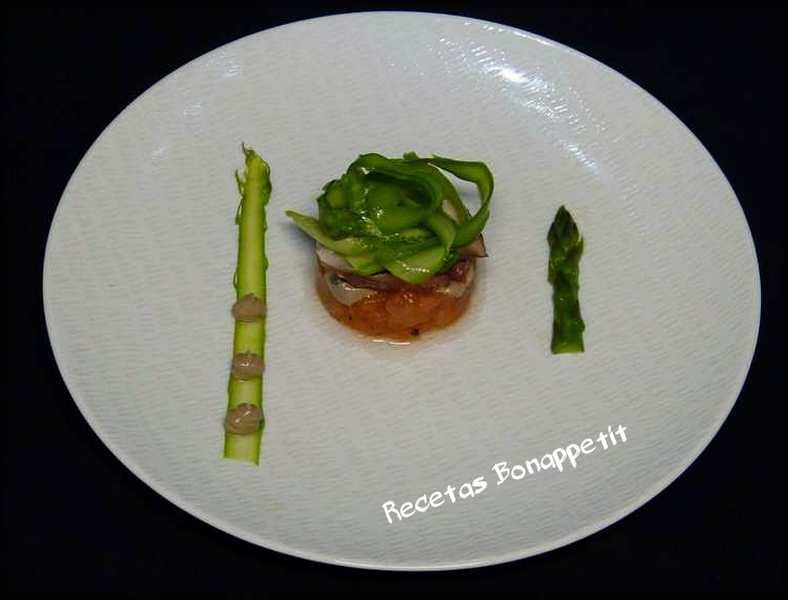 Pulpo con tallarines de esparragos, tomate y lactonsea de ajo negro